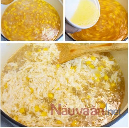 đổ từ từ bột năng, tiếp theo là lòng trắng trứng, bắp và hỗn hợp nấm gà vào nồi súp