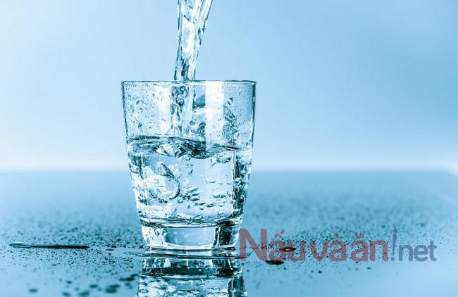 uống nước ấm trước khi ăn sáng