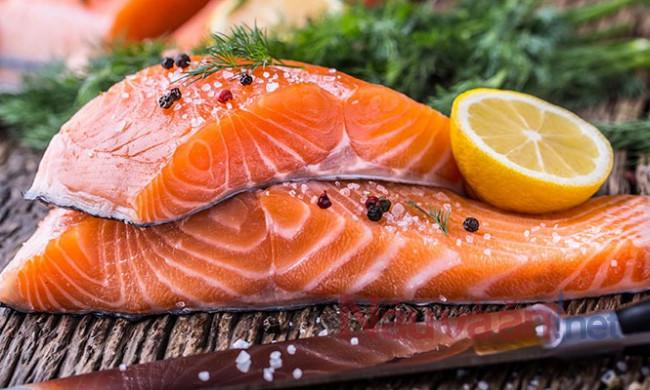 Cá hồi chứa nhiều axit béo omega-3 tốt cho não bộ.