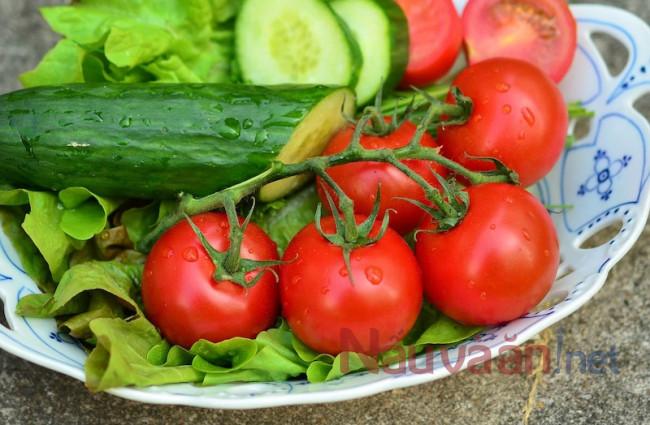 Rửa sạch rau xà lách, dưa leo, cà chua