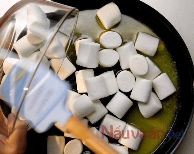đun chảy bơ rồi cho marshmollow vào, tiếp tục đun chảy hỗn hợp