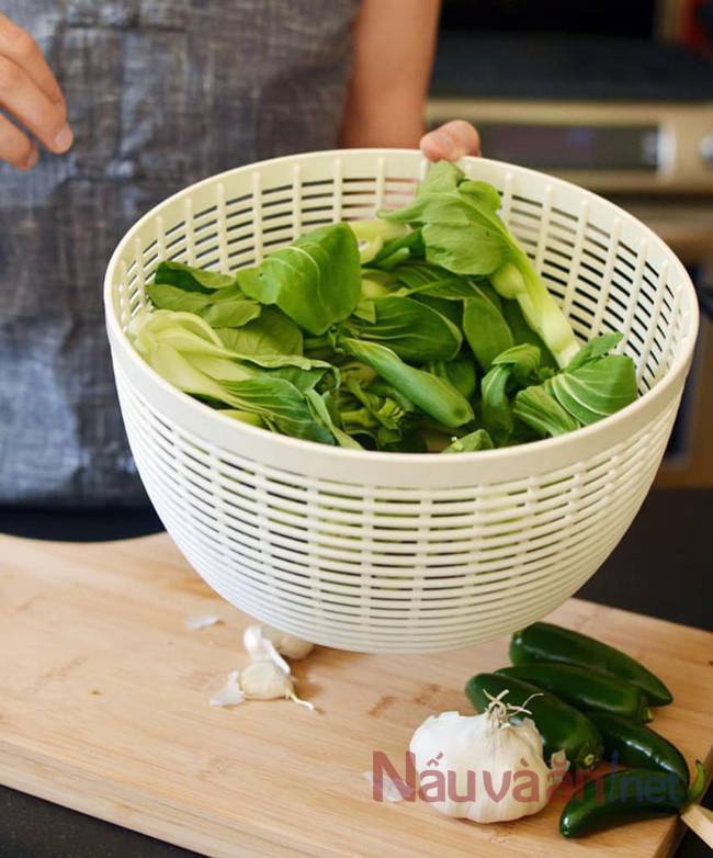 Cách xào rau ngon phải để ráo nước trước khi xào