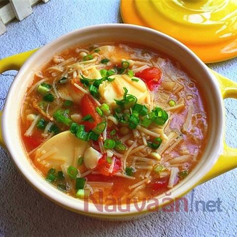 hoàn thành món súp nấm cà chua