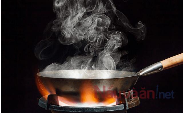 đợi dầu sôi đến khi bốc khói