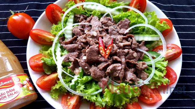 hoàn thành món salad thịt bò